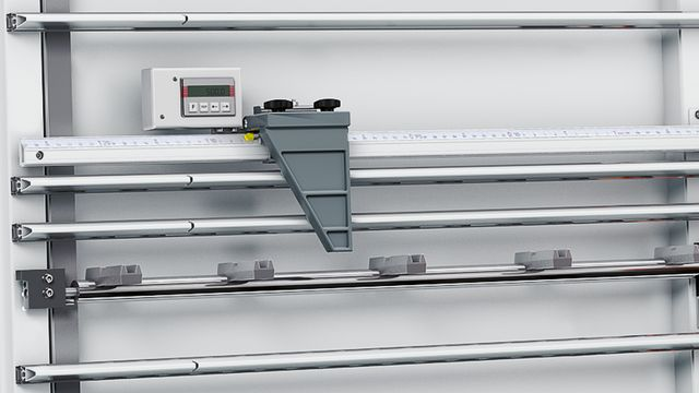 Digital dimension display for setting the length in vertical section.